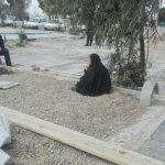 اعتراض مرد ساوه به سنگفرش قبور |مادری که بر سنگ مزار نشسته تا سنگ فرش کنند